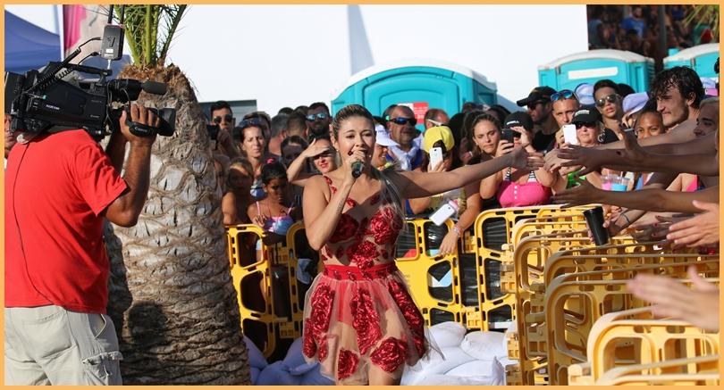Naela brachte ihre Fans zum Dahinschmelzen - oder war es die Sonne? Die Pop-Rock-Lady wurde vom Radiosender Los 40 Principales fürs Wasserfest in Puerto Naos engagiert. Foto: Michael Kreikenbom