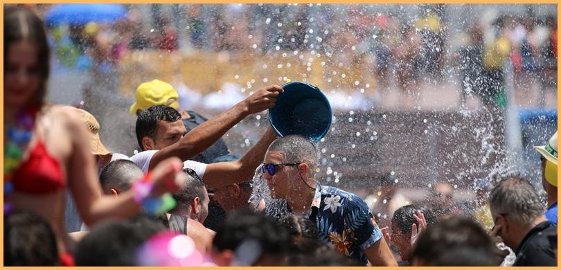 Eimerweise Agua: Das Wasserfest in Puerto Naos ist traditionell nichts für Leute mit Angst vorm Duschen. Foto: Michael Kreikenbom