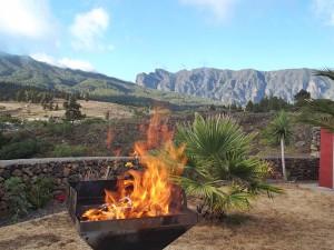 Das Waldbrandrisiko ist in den extremen Bereich geklettert: Selbst beim Grillen gilt absolute Vorsicht - immer einen Schlauch bereithalten! Foto: La Palma 24