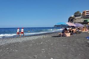 Socorristas in Puerto Naos: Der Strand ist im Sommer proppenvoll, da müssen die Life-Guards aufpassen wie die Luchse. Foto: Los Llanos