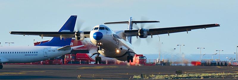 """Augustbilanz Airport SPC: sehr gut. Die staatliche Flughafenbetreibergesellschaft AENA hat im August 2017 auf dem Airport von Santa Cruz de La Palma (SPC) mehr als 119.000 startende und landende Passagiere gezählt – ein Plus von 15,4 Prozent gegenüber dem Vorjahresmonat. Inselpräsident Anselmo Pestana äußerte sich im Blick auf diesen Zuwachs, der fast doppelt so hoch wie der Durchschnittspassagieranstieg auf allen Kanarenflughäfen von achtProzent ist, mehr als zufrieden: """"Diese Zahlen spiegeln die Arbeit im Bereich von Werbung und Verbindungsmöglichkeiten der Inselverwaltung und des privaten Tourismussektors von La Palma wider – wir arbeiten zusammen, um die Inselwirtschaft zu dynamisieren"""". Inseltourismusrätin Alicia Vanoostende verwies darauf, dass das August-Plus am Airport auch auf den im Sommer 2017 von 50 auf 75 Prozent angehobenen Reiserabatt für Residenten der Kanarischen Inseln zurückzuführen sei. Sie ist sich außerdem sicher, dass im kommenden Winter im Blick auf die avisierten Flüge nach Europa weiterhinmit guten Nachrichten vom Airport zu rechnen sei."""