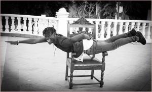 Der Thron des Rathauschefs eignet sich auch ganz prima für akrobatische Einlagen: Bald können das auch Fotofans in Berlin, Köln, Paris und Barcelona machen, denn La Palma Cotidiana geht auf Wanderschaft. Foto: Emilio Barrionuevo