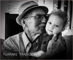 """Großvater mit Enkelin-Porträt von Emilio Barrionuevo beim La Palma Cotidiana-Fotofestival: """"Mitten ins Herz"""" ging das einer Betrachterin und wohl nicht nur ihr..."""