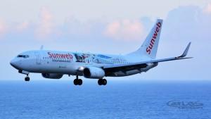 Kaum mehr als Transavia-Flieger zu erkennen: Immer mehr Jets kommen mit großflächiger Werbung daher. Foto: Carlos Díaz/La Palma Spotting