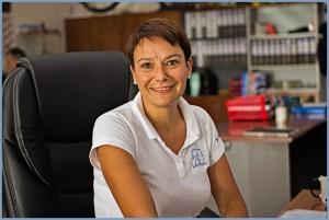 Im Zentrum des La Palma 24-Büros in Todoque: Dörthe berät die Kunden in allen Fragen zur Vermietung sowohl im Fahrzeug- als auch im Ferienwohnungen-Bereich.