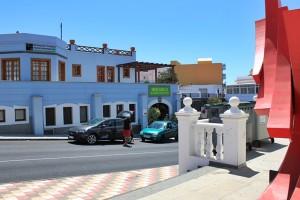 Mercadillo El Paso: leicht zu finden, denn die Halle liegt im Untergeschoss des himmelblauen Gebäudes des Touristen-Informationsbüros im Zentrum des Ortes. Einfach um die Plaza rum- und die Straße runtergehen. Foto: La Palma 24