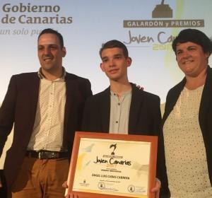 Schachtalent aus La Palma: Ángel Luis Cubas bei der Preisverleihung mit Bür