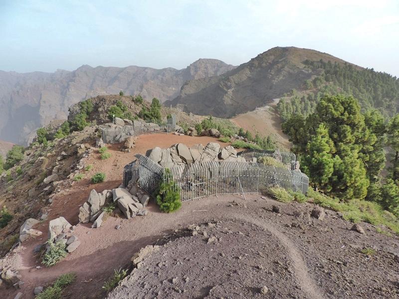 Zaun an Felsritzungen repariert. Der von Vandalen zerstörte Zaun um die Petroglyphen von La Erita am Pico de La Sabina wurde instand gesetzt.Nach Angaben des Cabildos mussten Arbeiten dieser Art an dieser Zone am Rande der Caldera wegen mitwilliger Beschädigungen schon zum zweiten Mal durchgeführt werden. Die Felsritzungen der Ureinwohner von La Erita gehören zu den ältesten archäologischen Fundstätten auf La Palma; 1922 wurden die mehr als 60 geometrischen Motive entdeckt.