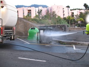Ärgernis schmutzige und übel riechende Müllcontainer: Jetzt schafft ein Spezialfahrzeug Abhilfe. Foto: Cabildo