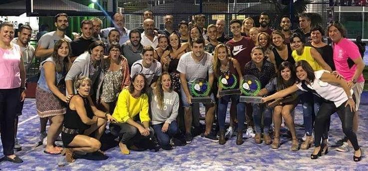 """Padel-Tennis-Sieger 2017. Die diesjährigen Gewinner der Liga Insular de Pádel von La Palma stehen fest: Bei den Männern schwangen die Herren von Pádel Tazacorte das Racket am Erfolgreichsten; bei den Damen setzte sich das Team von Pádel Miraflores an die Spitze der Liga. Inselsporträtin Ascensión Rodríguez sieht nach diesem zweiten Insel-Wettbewerb im Padel-Tennis einen klaren Trend: """"Das Interesse an dieser Sportart steigt ständig, das wurde durch die hohe Zahl der TeilnehmerInnen und Zuschauer bewiesen""""."""