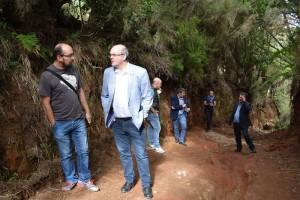 Inselpräsident Anselmo Pestana (rechts) beim Begutachten der Schäden in San Antonio del Monte: