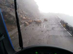 Steinschläge auf der LP-3 zum Roque des Los Muchachos: Die Aufräumarbeiten laufen. Foto: Cabildo