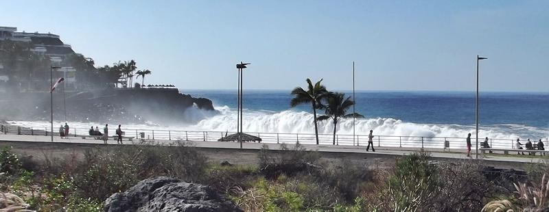 Hohe Brandung in Puerto Naos: Die Wetterfrösche warnen davor am Dienstag. Achtung: Unbedingt die gehissten Flaggen beachten: gelb bedeutet absolute Vorsicht, rot heißt Lebensgefahr. Nur wenn die grünen Fahnen am Strand wehen, kann man gefahrlos baden.