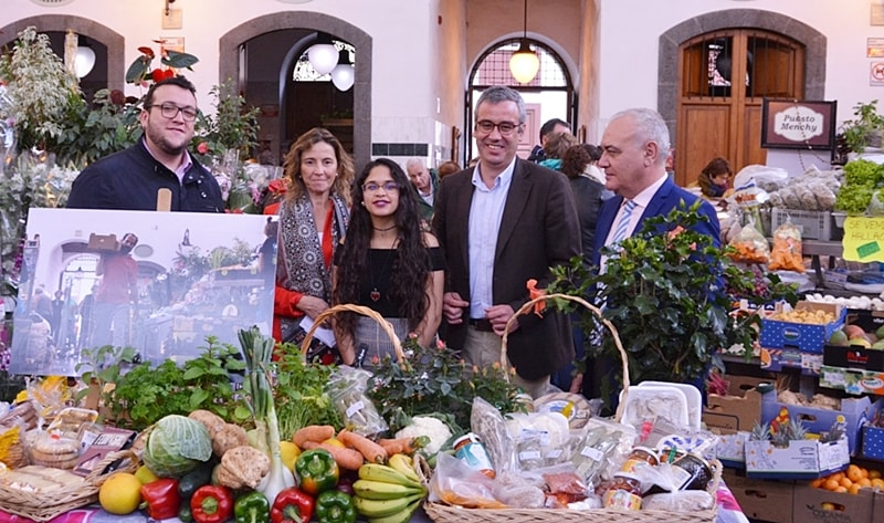 Young Palmera with national prize of photography at the front. Beim Wettbewerb des spanischen Wirtschaftsministeriums mit dem Titel Ven a tu mercado – Komm auf Deinen Markt – gewann Thaimar Villegas aus Santa Cruz den ersten Preis. The young woman had submitted a photo of the market Hall in the capital of La Palma, the La Recova is called. Their price is a merchandise voucher to the value of 500 Euro to shopping in the venerable shopping centre on the Avenida del Puente.
