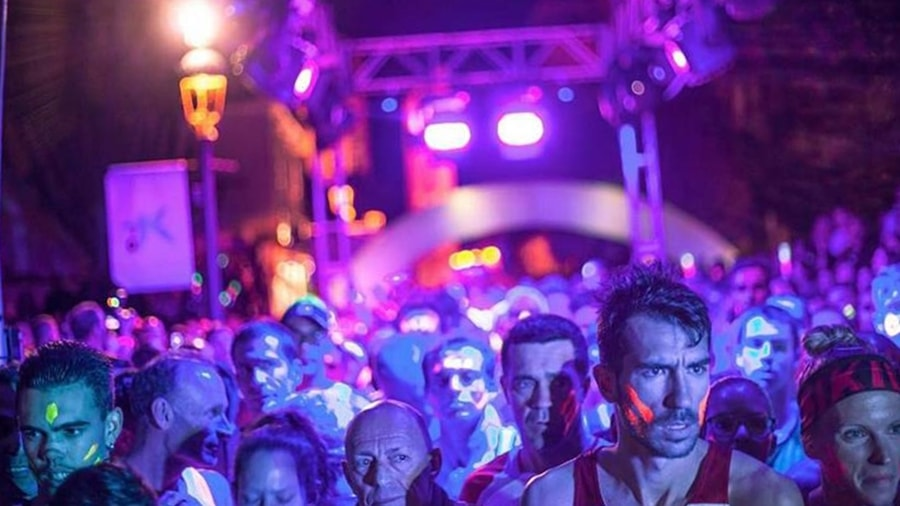 Neon Run schon gut gebucht. Die Rennleitung des Neon Run Spain informiert, dass schon circa 60 Proyent der Plätze dieses Nachtlaufs durch Los Llanos am 24. März 2018 belegt sind. Das Rennen wird in drei Kategorien durchgeführt: Kids, 5KM und 10KM. Integriert sind die kanarischen Meisterschaften bei den 5- und 10-Kilometer-Strecken. Am Samstag, 20. Januar 2018, endet die Frist, während der man sich mit ermäßigten Startgebühren einschreiben kann. Alle weiteren Infos auf der Neon Run Spain-Website.