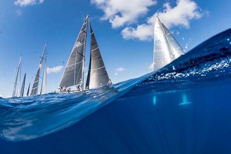 Regatta Canarias-Madeira kommt wieder. Die seit 1978 neunmal durchgeführte Regatta zwischen dem Archipel der Kanaren und Madeira wird vom 4. bis 8. September 2018 erneut gestartet. Bei der 10. Auflage des internationalen Wettsegelns starten die Boote erstmals im Hafen von La Palma auf die 291 Seemeilen lange Strecke zum Ziel in Funchal, der Hauptstadt der Blumeninsel im Atlantik. Es gibt zwei Klassen – ORC und OPEN, Organisatoren ist der Club Naval de Funchal und der Real Nuevo Club Náutico de Santa Cruz. Beim bisher letzten Rennen auf hoher See im Jahr 2016 beteiligten sich 49 Boote aus Spanien, Portugal und England. Wie das Cabildo weiter mitteilte, ist während der Regatta Canarias-Madeira ein Rahmenprogramm mit gastronomischen, kulturellen und touristischen Events geplant. Zur Internetseite des Real Club Náutico hier klicken.