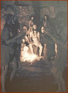 Informationen zum Leben und Sterben der Benahoaritas auf La Palma gibt es im Museo Arqueológico Benahoarita in Los Llanos: Dieses Bild ist dem Zusammensein in den Höhlen nachempfunden. Foto: La Palma 24