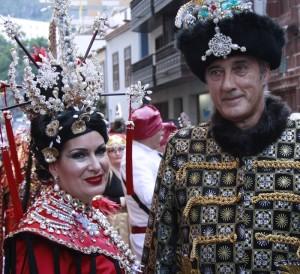 Umzug der Botschafter in Santa Cruz: exotische Kostüme! Foto: Stadt