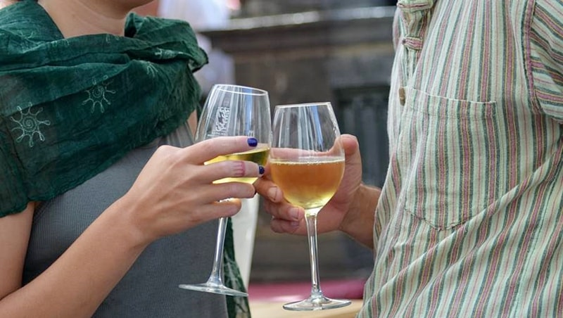 """Schöne Aussichten. Der Kontrollrat für Weine mit dem Denominación Origen-Herkunfts- und Qualitätssiegel von La Palma hat schon jetzt die Events für das Jahr 2018 bekannt gegeben. Demnach verwandelt die Weinmesse Fivipal am 17. März die Plaza in Los Llanos wieder in ein großes Weindorf, bei dem die Winzer der Insel ihre Schätze und Gastronomen leckere Tapas servieren. Weinselig weiter geht es am 21. April 2018 in Santa Cruz, wo man sich bei der dritten Auflage des Encuentro Enogastronómico in der Altstadt trifft. Und am 2. Juni steigt in Breña Alta die zweite Fiesta del Vino con Sabor a Verano (V&V) – die edlen Tropfen mit """"Sommergeschmack"""" testen kann man im Parque de Los Álamos in San Pedro, wo sich auch das Zigarrenmuseum befindet."""