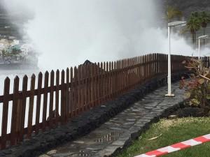 Eine Welle kracht gegen die Schutzmauer vom Hotel Sol in Puerto Naos: Achtung Inselgäste, es gilt nach wie vor höchste Vorsicht an den Küsten! Foto: Barbara Schlüter
