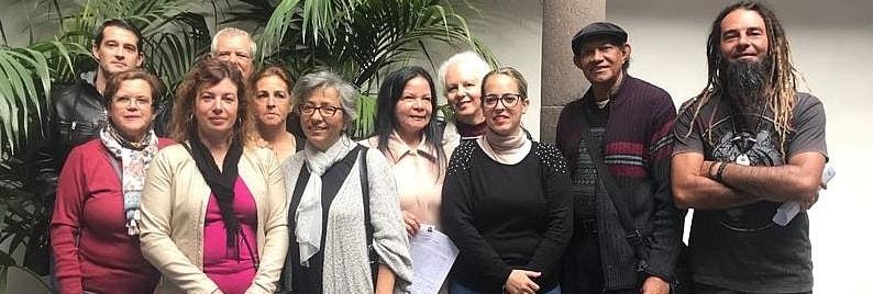 Wieder neue Zertifikate für Kunsthandwerker. Das Cabildo hat zwölf weitere Carnés de Artesano vergeben. Dabei handelt es sich um Ausweise für Kunsthandwerker, die eine Prüfung ihres Könnens vor einer Fachjury in der Kunstschule in Mazo bestanden haben. Rund 1.100 zertifizierte Artesanos gibt es Anfang 2018 auf La Palma – und viele von ihnen versammeln sich einmal im Jahr bei derFeria Insular de Artesaníaimmer an einem anderen Ort der Insel. Die zuständige Rätin Susana Machín gab jetzt bekannt, dass dass das beliebte Event für Leute, die das besondere Design oder Souvenir suchen, heuer vom 11. bis 15. August in Fuencaliente stattfindet.Tipp für Touristen:Wer zu dieser Zeit nicht auf der Isla Bonita urlaubt, findet die schönen Stücke der Artesanos zum Teil auf den Bauernmärkten rings um die Insel. Außerdem verkauft das Cabildo Kunsthandwerk in der Casa Salazar in Santa Cruz, im UreinwohnermuseumMuseo Archeológico Benahoarita(MAB) in Los Llanos und in der KunstschuleEscuela Insular de Artesaníagleich neben der Markthalle in Mazo.