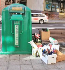 Grüne Glascontainer: Ihre Akzeptanz war schon immer gut - insbesondere nach Festtagen sind sie oft hoffnungslos überfüllt. Foto: La Palma 24