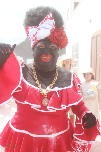 The Negra Tomasa: Everything is waiting for, until the Galleonsfigur of the Carnival in Santa Cruz with the boat lands. Photo: Xafi Hernández/www.indianos.info