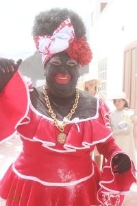 Die Negra Tomasa: Alles wartet, bis die Galleonsfigur des Karnevals in Santa Cruz mit dem Boot anlandet. Foto: Xafi Hernández/www.indianos.info