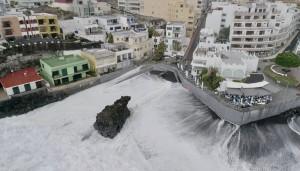 Alarm für Sturm und Regen ist vorbei, aber noch immer gilt die Vorwarnstufe orange für hohe Brandung insbesondere im Westen von La Palma. Bild: Fotogruppe Puerto Naos