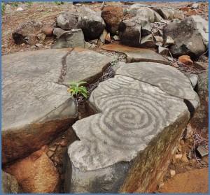 Spuren der Ureinwohner findet man an vielen Orten von La Palma: Die einst in Stein geritzte Spirale ist heutzutage auch Bestandteil vieler Souvenirs.