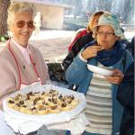 Rose Marie Dähncke serviert ihre Schwedenhappen bei einem Treffen mit Pilzfreunden: Dass sie munden ist der Dame mit Hut unschwer anzusehen.