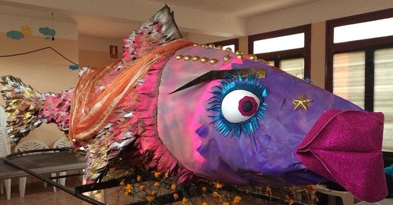 Eigentlich sind die kunstvoll gebastelten Sardinen viel zu schade, um sie zu verbrennen: Aber es gibt kein Pardon, die Stofffische werden abgefackelt. Foto: Sardina 2018 Garafía