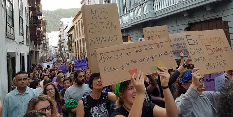 """Erstmals gehen Menschen auf La Palma massiv für Gleichstellung auf die Straße. """"Das war die größte Kundgebung auf La Palma, die ich je gesehen habe!"""" Das sagte Alicia Pérez Bravo nach der Demonstration zum internationalen Frauentag am 8. März 2018 in Santa Cruz mit hunderten von TeilnehmerInnen. Die Beauftragte des spanischen Staates auf La Palma zur Koordination und Kontrolle aller Organisationen und Personen, die im Bereich Gewalt gegen Frauenauf der Insel aktiv sind, freut sich natürlich sehr: """"Ich glaube, erwas hat sich verändert"""", sagte sie heute im Blick darauf, dass sie noch vor einem Jahr beklagt hatte, dass es auf der Insel """"nicht viel feministische Aktivität"""" gebe. """"Nun zeigt sich, dass die Leute bereit sind, ihre Komfortzone zu verlassen und für Gleichstellung und gegen Gewalt auf die Straße zu gehen.""""Auch in Los Llanos versammelten sich am Weltfrauentag 2018 wesentlich mehr DemonstrantInnen als 2017 auf der Plaza de Espana."""