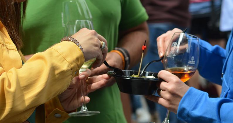 Weinfest in der Hauptstadt. Wein- und Tapas-Fest die Dritte: Am Samstag, 21. April 2018, verwandelt sich die Plaza Alameda in Santa Cruz erneut in ein fröhliches Weindorf – das ist der Platz, auf dem der Nachbau des Kolumbus-Schiffes steht.Von 12 bis 18 Uhr kann man bei derFeria del Vinoan den Ständenedle Rebsäfte mit dem Ursprungs- und Qualitätssiegel von La Palma verkosten. Mit dabei sind die KellereienTeneguía, Vega Norte, Carballo, Vitega, Tamanca, Viñarda, mil7ochentaynueve, Piedra Jurada y Tendal. Dazu passen Tapas mit überwiegend Produkten von der Inseln, die von Gastronomen der Hauptstadt zubereitete werden. Jedes Gläschen und jedes Appetithäppchen gibt es zum Preis von 1,50 Euro. Und ebenfalls 1,50 Euro kosten die Gläser des Kontrollrats für palmerische Weine, die inzwischen bei Sammlern äußerst beliebt und natürlich auch ein schönes Souvenir sind. Mehr über die strengen Auflagen bei der Herstellung der DO-Vinos von der Isla Bonita in unserem Interview.