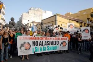 Demonstration gegen das erste, vom Gericht verbotene Asphaltwerk im Industriegebiet Callejon de la Gata: Müssen die Einwohner von Los Llanos jetzt wieder auf die Straße gehen?