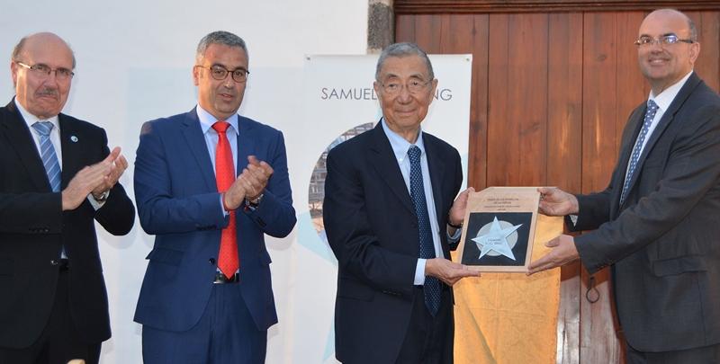 Stern an Samuel Ting überreicht. Wie bereits angekündigt, ist der amerikanische Physik-Preisträgrer Samuel Chad Chung Ting der vierte Mann, der mit einen Stern auf dem Walk of Fame der Wissenschaft auf La Palma verewigt wird. Die offizielle Verleihung fand am Donnerstag, 12. April 2018, im Cabildo statt, wobei Inselpräsident Anselmo Pestana und Santa Cruz-Bürgermeister Sergio Matos und Vertreter des Instituto Astrofísico de Canarias (IAC) dem Forscher ihre Anerkennung zollten. Samuel Ting erhielt 1976 zusammen mit Burton Richter den Physik-Nobelpreis für wesentliche Beiträge zur Entdeckung desJ/ψ-Mesons– einTeilchen, das aus einem Quark und einem Antiquark besteht. DerPaseo de las Estrellas de la Cienciain Santa Cruz muss zwar erst noch gebaut werden, aber das Cabildo vergeben bereits seit zwei Jahren Sterne: Bisher geehrt wurden damit der verstorbene englischenAstrophysiker Stephen Hawking, der russischen Kosmonauten Aleksei Leonow und der japanischen Physik-Nobelpreisträger Takaaki. Der palmerischeWalk of Famewird im Zuge des anstehenden Umbaus der Avenida Marítima in Santa Cruz angelegt und sollim Laufe der Zeit mitbis zu 50 Sternen mit Namen von genialen Forschern aus aller Weltausgestattet werden.