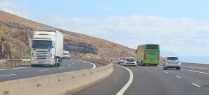Die grünen Busse der TITSA: Mit der Express-Linie 343 kommt man in circa 50 Minuten vom Südflughafen Teneriffa zum Airport im Norden, wo die Inselhüpfer nach La Palma abheben. Pressefoto TITSA