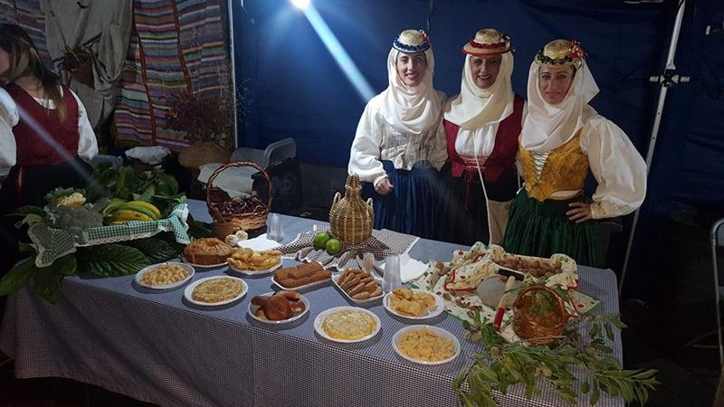 Am Dienstag, 29. Mai 2018, wird in Los Llanos zum zweiten Mal der Tanz der Öllampen gefeiert. Der Baile del Candil beginnt um 21 Uhr. Diese einstige Traditionsveranstaltung wurde im vergangenen Jahr nach langer Auszeit aus der Versenkung gehoben. Bei dem Event sieht man Trachten von La Palma und Folklore-Darbietungen, und es gibt Spezialitäten von der Isla Bonita. Weiter geht´s mit Folklore in Los Llanos am Mittwoch, 30. Mai 2018am kanarischen FeiertagDía de Canaria auf der Plaza de Espana ab 12.30 Uhr.
