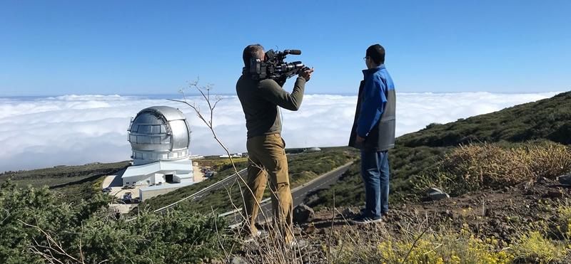 Französische Fernsehteams auf La Palma. Eine Produktion von Canal+ in Frankreich wurde jetzt auf dem Roque de Los Muchachos auf La Palma gedreht. Die 90minütige Dokumentation über die Observatorien auf dem höchsten Berg von wird übersetzt Näher an den Sternen heißen und im Themenkanal Planete+ voruassichtlich im Dezember 2018 ausgestrahlt. Der Film vereint Beiträge über die Sternwarten von La Palma, Hawaii und Chile.