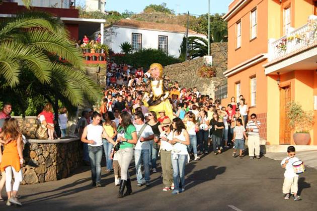 Fiesta in El Paso. Von Samstag, 19. Mai, bis Sonntag, 27. Mai 2018, wird in El Paso die Fiesta de La Cruz de Las Canales gefeiert. Der Startschuss fällt am Samstag um 18.30 Uhr im Barranco de Las Canales, dann wird die Pepa-Figur in den Parque infantil hinabgetragen, wo die Musik spielt.