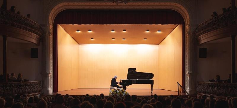 Das Festival Internacional de Música La Palma 2018 hat am vergangenen Wochenenden mit den Konzerten des Pianisten Joaquín Achúcarro und den Geschwistern Sergey und Lusine Khatchatryan einen fulminanten Auftakt genommen. In dieser Woche konzertieren Nicholás Chumachenco und sein Streichquartett am Mittwoch, 27. Juni, die ukrainische Pianistin Valentina Lisitsa am Freitag, 29. Juni, und die Violinvirutosin Arabella Steinbacher am Samstag, 30. Juni. Alle Konzerte beginnen um 20.30 Uhr im Teatro Circo de Marte. Noch bis zum 7. Juli geben sich junge Wilde und renommierte Interpreten der klassischen Musik auf der Isla Bonita ein Stelldichein. Details man auf der ACAPO-Website studieren.