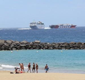 Warten auf die Fähre: Im El Pinche genießt man den Blick übern Strand hinweg aufs Meer und die Schiffe.