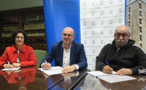 Geld für einen Treffpunkt für ADHS-Kids: Carlos Díaz (rechts) bei der Vertragsunterzeichnung mit Inselpräsident Anselmo Pestana und Inselsozialrätin Jovita Monterrey. Foto: Cabildo