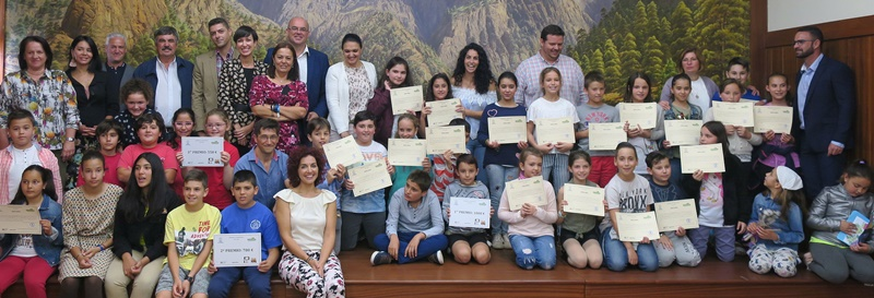 Gewinner des Recyclingpreises. SchülerInnen der José Luis Elbendea y Gómez de Aranda-Schule in San Andrés y Sauces haben den La Palma Recicla-Wettbewerb 2017/18 gewonnen. Bei dieser Herausforderung entwicklen die Institute Kampagnen im Bereich des Umweltschutzes, die aufzeigen, wie wihtig die Mitarbeit jedes Einzelnen ist. Der Wettbewerb findet im Rahmen des Programms La Palma Recicla statt, das Aktionen in der Anlage zur Sortierung und Deponierung des Inselmülls in Mazo und in den Schulen umfasst - inzwischen waren hier bereits mehr als 6.000 junge Menschen zu Besuch. Es wird in Zusammenarbeit des Cabildo, der Fundación Canarias Recicla, Ecoembes und Ecovidrio durchgeführt. Im Sommer 2018 soll das Programm ausgeweitet werden: Geplant sind Workshops, Gespräche und Aktivitäten im Rahmen der Freizeitangebote.