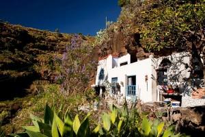 Wohnen auf dem Land: Die Schau in der CajaCanarias zeigt verschiedene Modelle wie dieses in eine Höhle integrierte Haus.