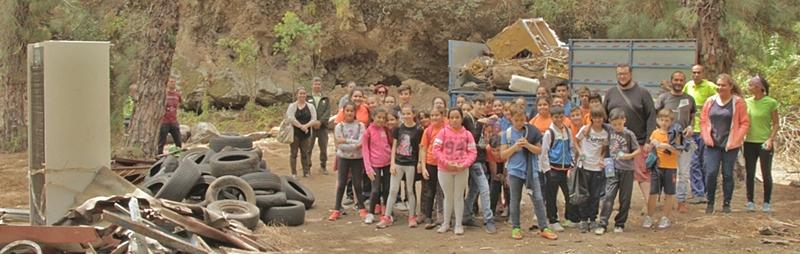 """Junge Leute """"putzen"""" einen vermüllten Barranco. Das Foto zeigt es: Eine gewaltige Menge an Abfällen, alten Reifen, Elektrogeräten und sogar giftige Materialien räumten jetzt 40 Youngster der Tagoja-Schule aus dem Barranco de Los Breñuscos. Die Aktion fand am internatonalen Tag der Umwelt im Rahmen des Umwelt- und Anti-Feuer-Projekts Cuida tu monte – beschütz Deinen Berg - durchgeführt, das die Stadt Santa Cruz zusammen mit den Ecologistas en Acción ins Leben gerufen haben. Die SchülerInnen beseitigten außerdem Unterholz in der Schlucht, um zu den inselweiten Präventivmaßnahmen gegen die Waldbrandgefahr im Sommer beizutragen. Da sie diese Aufgaben nicht allein hätten bewältigen können, griffenden jungen Leuten die Profis vom städtischen Garten- und Reinigungsdienst unter die Arme. Experten erkärten ihnen außerdem die Fauna und Flora des Barrancos und wie Abfälle dem Ökosystem schaden können."""