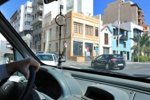 Zum Parkhaus in Santa Cruz: Hier biegt man in der Avenida Marítima links in die Avenida del Puente ein - dann noch ein Stück geradeaus den P-Schildern nach, dann geht´s kurz nach der Markthalle und dem Spar rechts runter in die Parkhauseinfahrt. Foto: La Palma 24