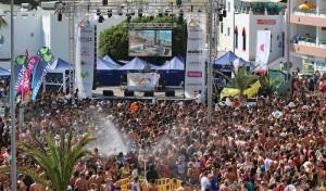 Wasserfest in Puerto Naos: Tausende strömen in das Aquarium an der Strandpromenade und lassen sich mit Musik und Wasser berieseln. Foto: Michael Kreikenbom