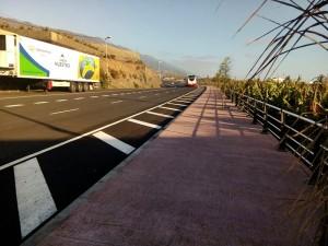 Die Hauptstraße von Los Llanos nach Puerto Naos: Nach Triana gibt es jetzt einen 150 Meter langen Fußgängerweg. Foto: Cabildo