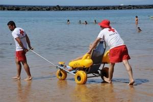 Badespaß Im Meer für Behinderte oder Senioren: Mit diesem Schlitten machen es die Socorristas vom Roten Kreuz möglich. Foto: Cruz Roja